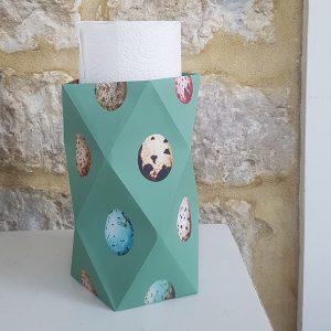 Papieren vaasje groen met illustraties van eitjes met in het vaasje een keukenrol