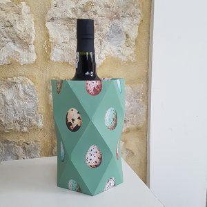 Papieren vaasje gevouwen met daarin een fles port