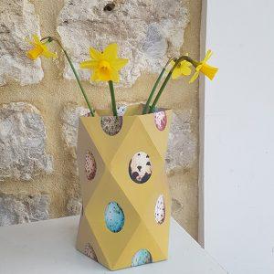 geel met eitjes beschilderd papieren zelfvouw vaasje met bloemen