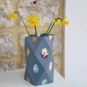 papieren vaasje voor het voorjaar grijsblauw met een bosje narcissen erin