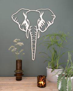 Wanddecoratie olifant op grijsgroene muur met plantjes op houten tafel