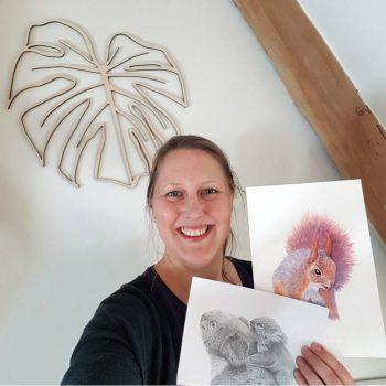 Lisette in atelier met wanddecoratie en illustraties